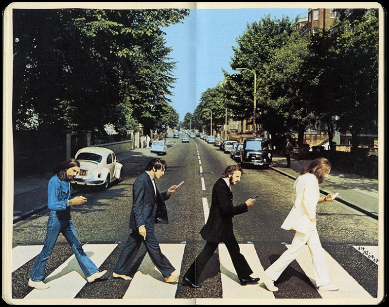 Album-Cover der Beatles, wie sie 1969 Strasse in London überqueren mit Blick auf Smartphones